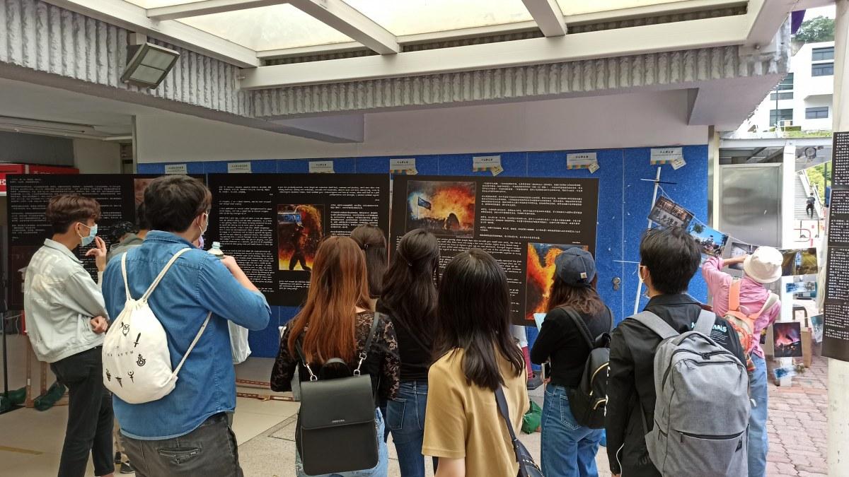 香港中文大学での抗争1周年を記念した学生会による展示に多くの人が集まる(キャンパス内にて)
