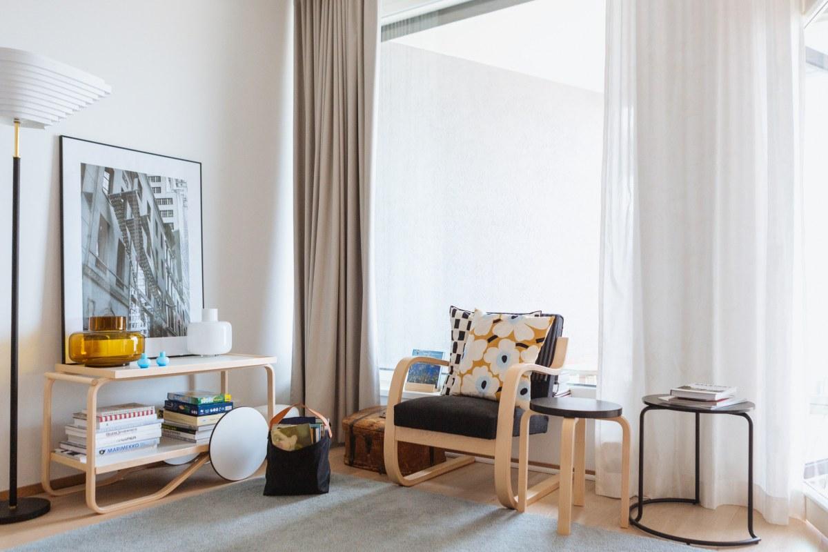 Photo: Jenna Pietikäinen(c) Helsinki Marketing : 曲げ木加工のゆるやかな曲線がやさしいArtekの家具にMarimekkoのUnikko柄のクッションを添えるだけで部屋のフィンランド度がぐっと盛り上がります。<br>