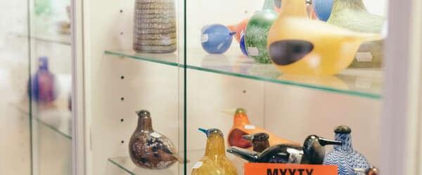 Photo: Aku Pöllänen:ヘルシンキで人気のアンティークショップFasaaniのガラスケースを彩るオイヴァトイッカのバード。