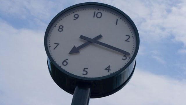 """十進化時間を採用した時計, <a href=""""https://medium.com/creative-technology-concepts-code/universal-decimal-calendar-and-time-system-70e22e958fc"""">Kim T</a>"""
