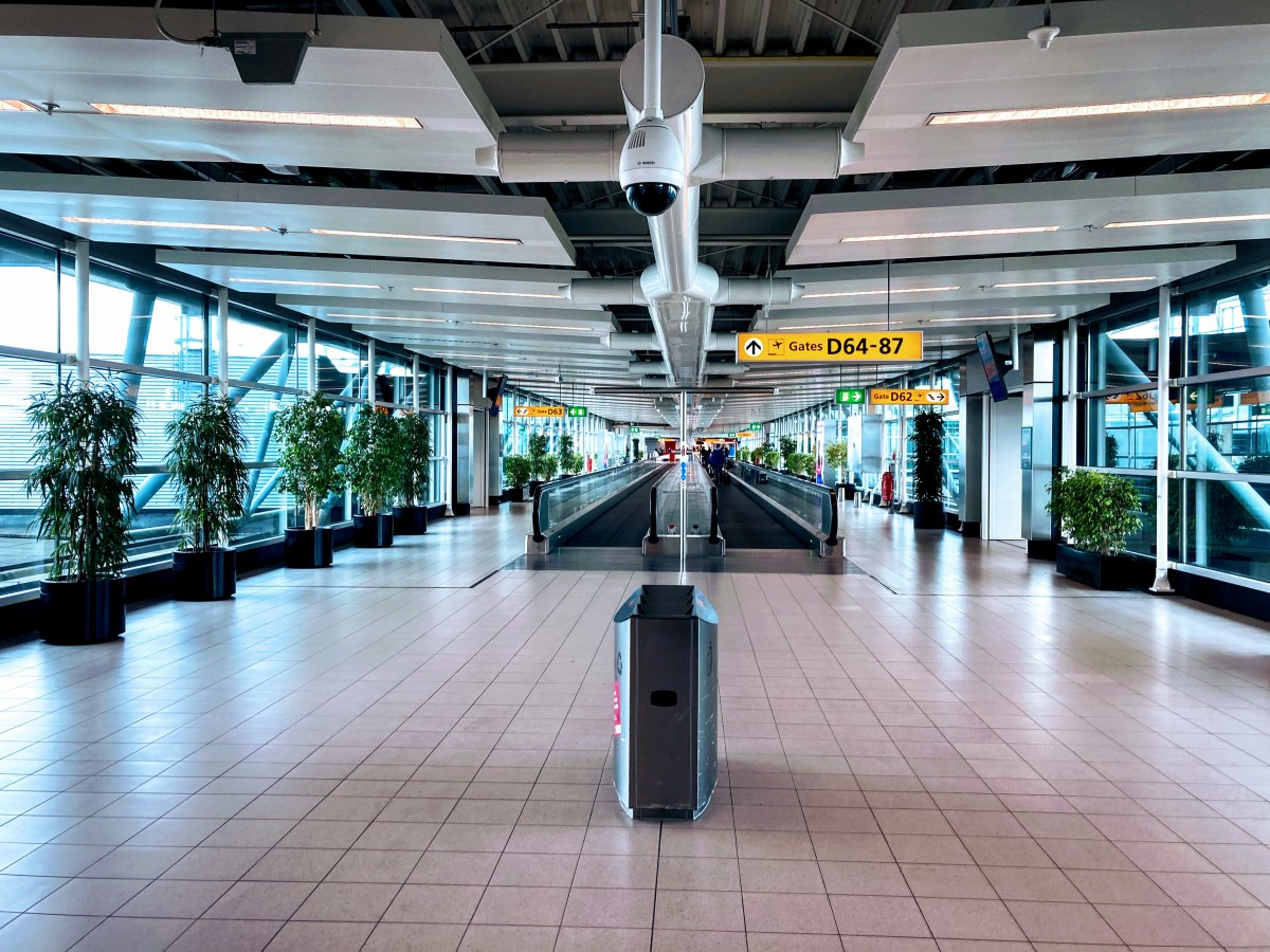 こちらはアムステルダムのスキポール空港の様子。やっぱり人は少なめでした。
